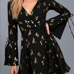 Lulus BLACK AND GOLD PRINT WRAP DRESS